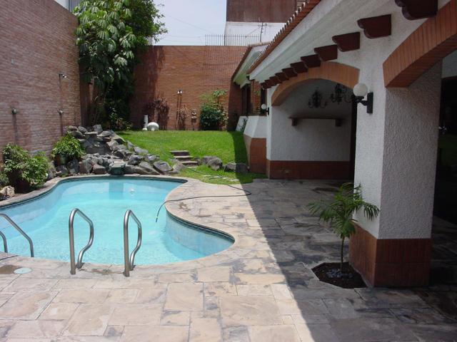 Hermosa casa con piscina en aurora miraflores venta o alquiler for Apartamentos alquiler con piscina
